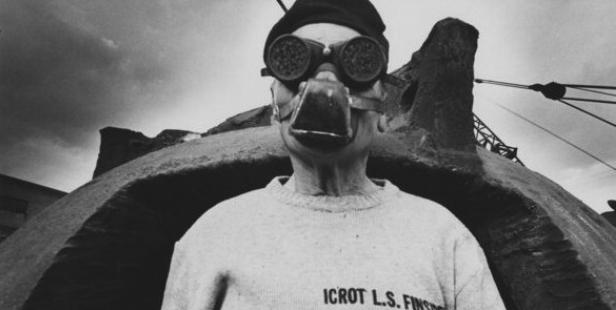 Mimmo Jodice, Terni, stabilimenti siderurgici. Operaio saldatore con occhiali e maschera di protezione.